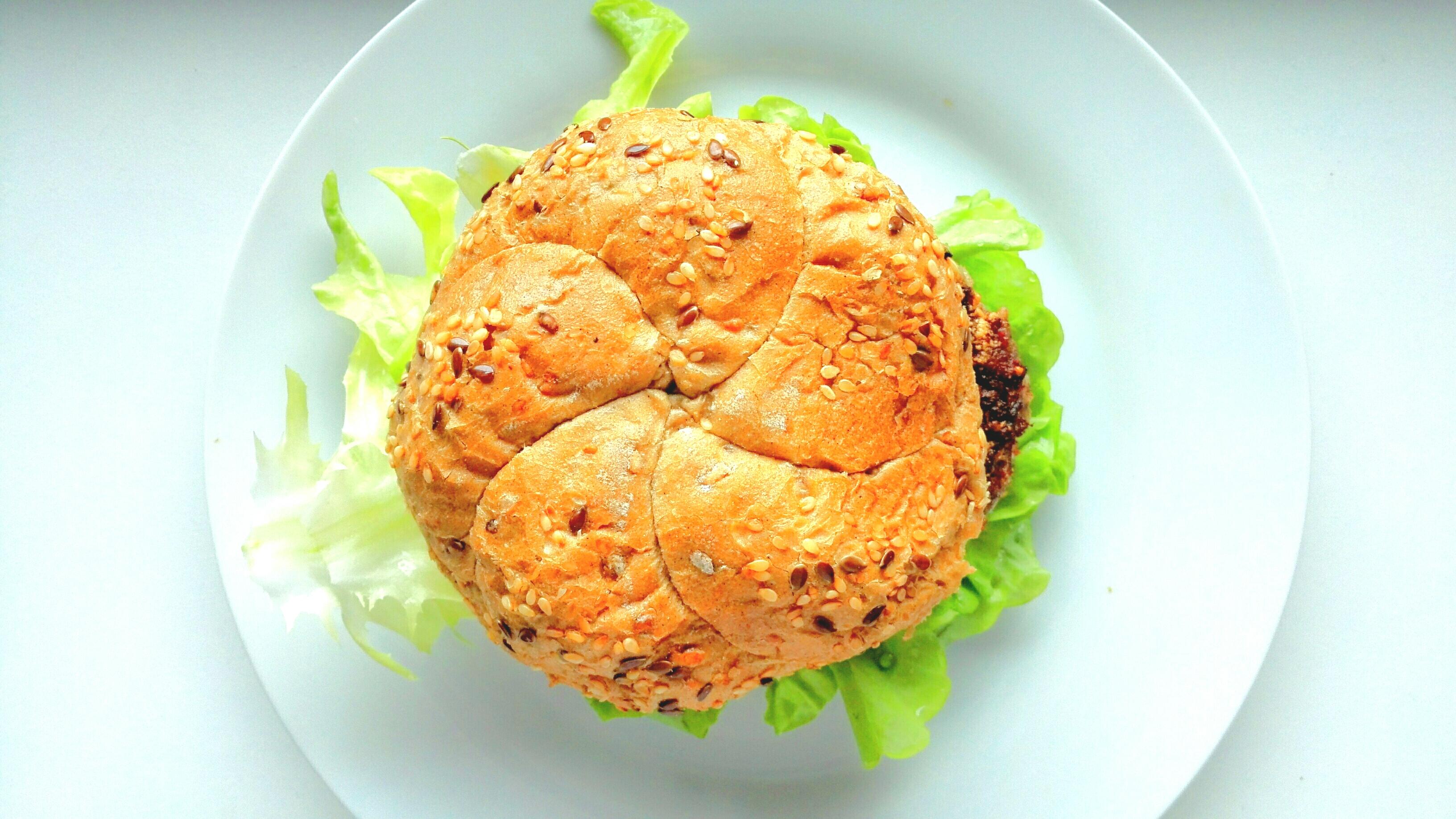 Hamburger wołowy – wersja do domowego wykonania. [przepis]