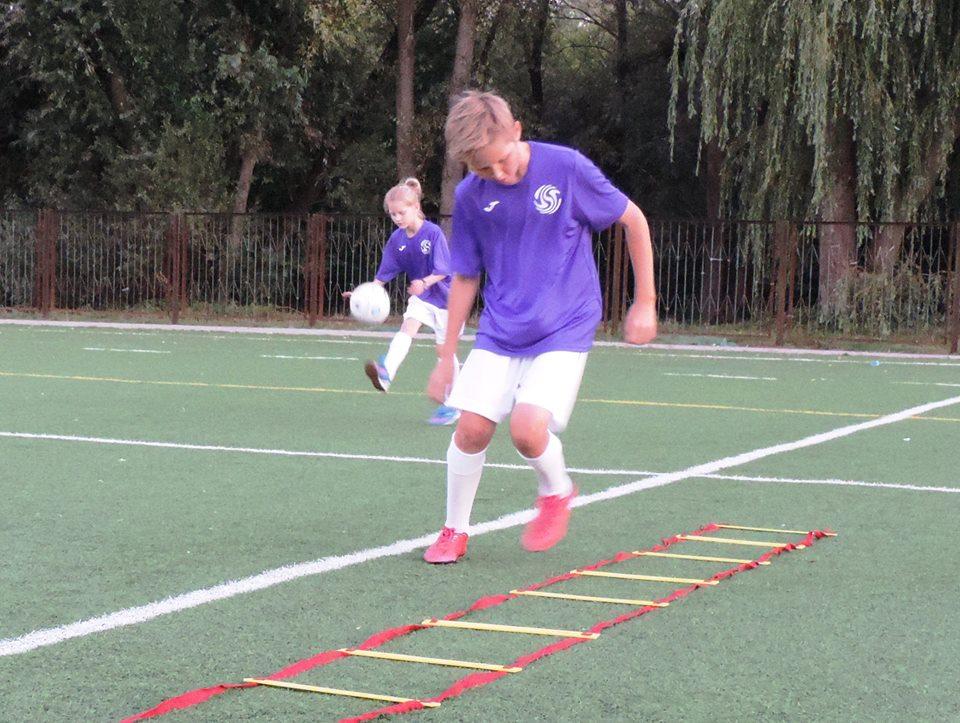 Rozwijanie indywidualnych umiejętności piłkarskich .
